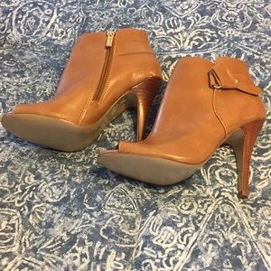 Guess woman's 6M peep toe heels nwot